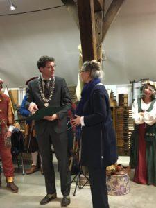 Roger de Groot neemt de kopperprent van Matje Hummel in ontvangst